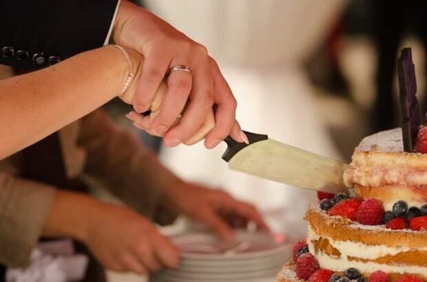 супруги разрезают свадебный торт