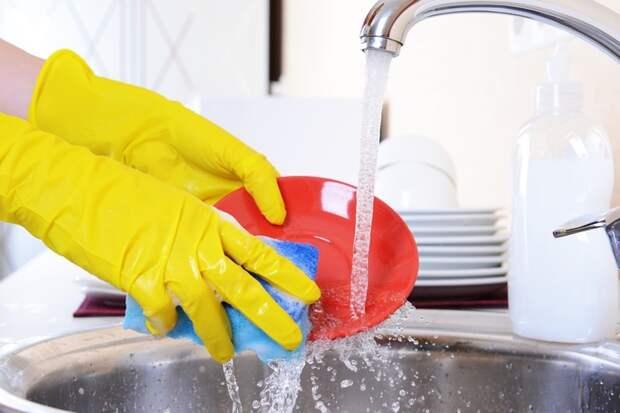 Мыть кухонную утварь лучше всего в горячей воде.