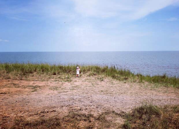 Увидел плачущую девочку 3 лет, одну на краю берега моря. Подошёл к ней и уже сомневаюсь, верно ли мы воспитываем детей
