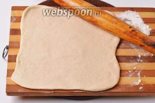 На слегка подпылённой мукой доске раскатать тесто (350 грамм) толщиной 0,5 сантиметра.
