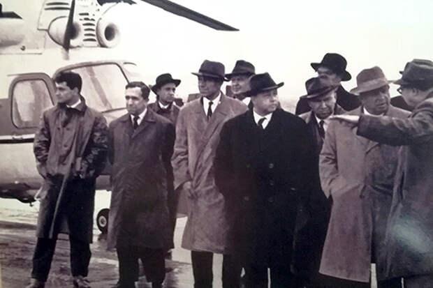 Михаил Миль и Никита Хрущев с членами правительства у вертолета Ми