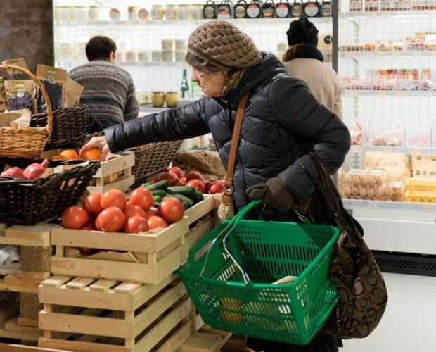 Овощи и фрукты больше не по карману: россияне начали экономить на продуктах питания