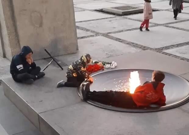 Бастрыкину доложат о подростках, куривших на Монументе Славы
