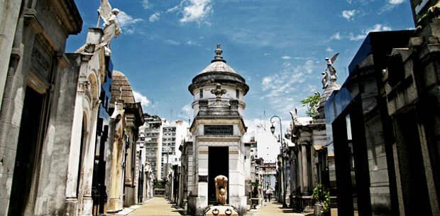 10 самых известных кладбищ с призраками