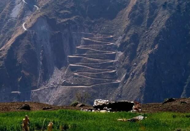 Необычные зигзаги на горах: ипопланетяне или их создают люди