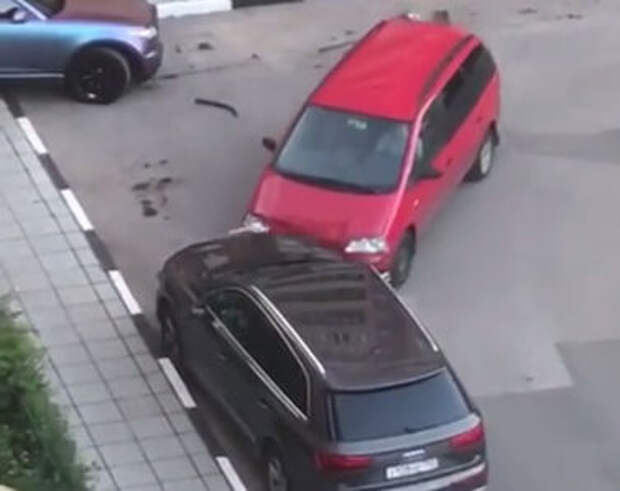 День не задался: мужчина протаранил пять автомобилей на парковке