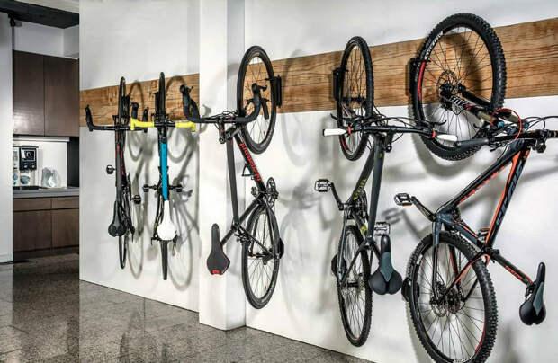 Идея для компактного хранения велосипеда в маленькой городской квартире