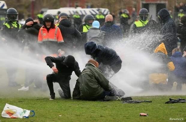 Почувствуйте разницу – как обращаются с протестующими в Нидерландах и в России