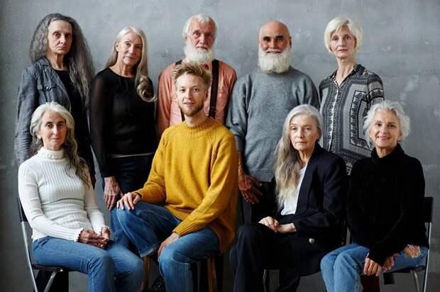 Основатель агентства Игорь Гавар в окружении своих моделей.