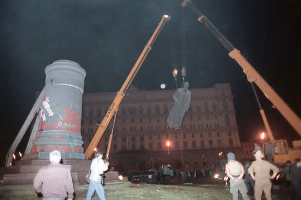 Прокуратура признала незаконным снос памятника Дзержинскому на Лубянке