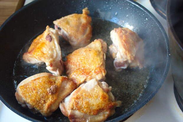 Курица готова, перекладываем в кастрюлю.