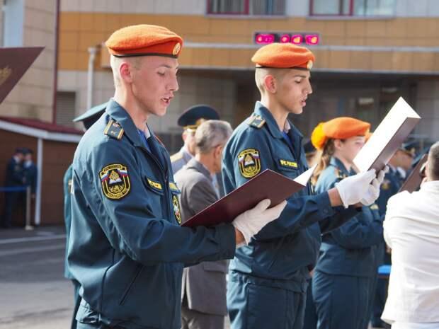 Курсанты Академии МЧС на северо-востоке Москвы приняли присягу