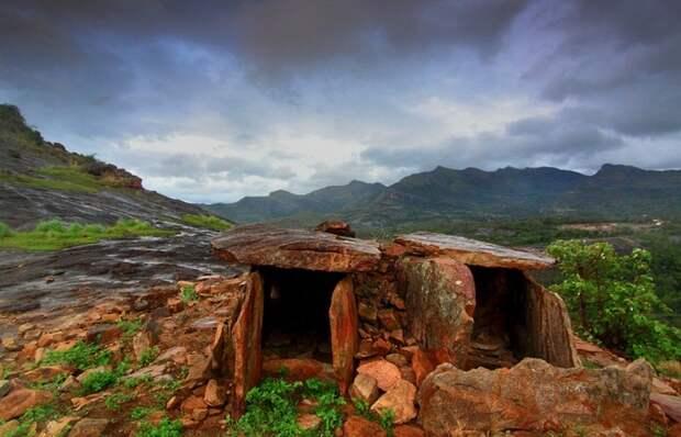 Дольмены - доисторические погребальные камеры.