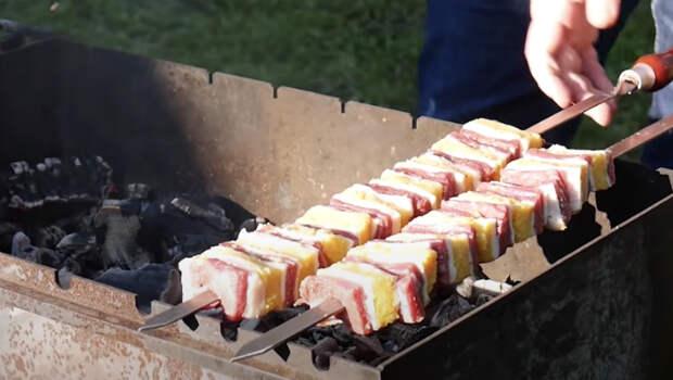 Слоеный шашлык 3 в 1. Нанизываем шампур слоями: получается сразу и сочное мясо, и  гарнир