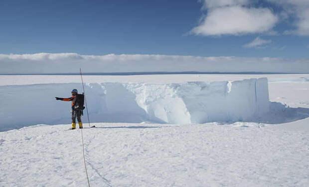 Ученые с самолета сняли, как от Антарктиды откалывается айсберг размером с Петербург: видео
