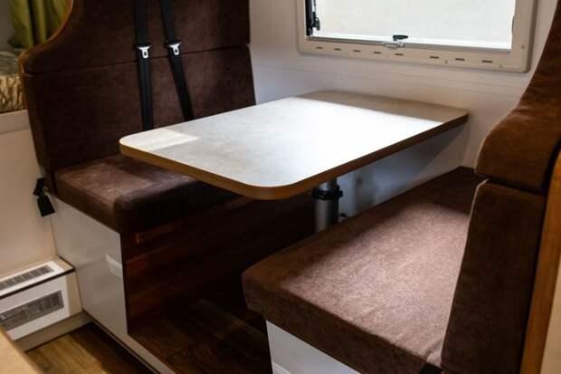 Но на практике такое редко бывает, скорее это способ отделиться от «гостевого дивана», который получается из складывающегося стола и сидений. авто, внедорожник, газ, газ-66, грузовик, дом на колесах, кемпер, обзор