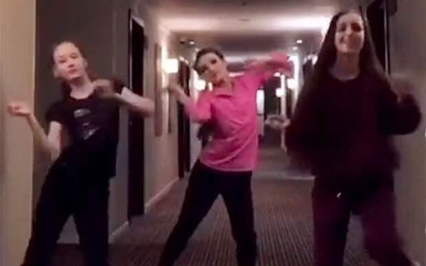 Щербакова, Усачева и Акатьева исполнили модный синхронный танец: видео