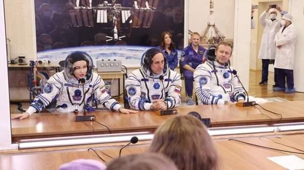 Российский киноэкипаж перешел сМКС вкорабль «Союз» для возвращения наЗемлю