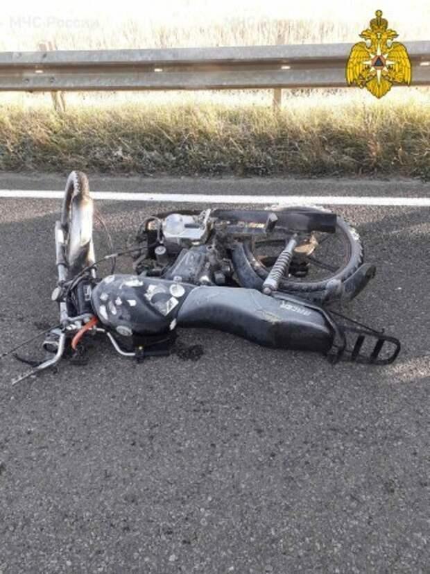 В Калужской области водитель мопеда въехал в отбойник