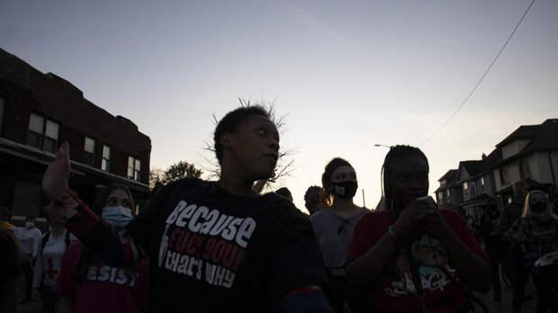 В США начались уличные бои: Белых травят и избивают, чёрные громят витрины