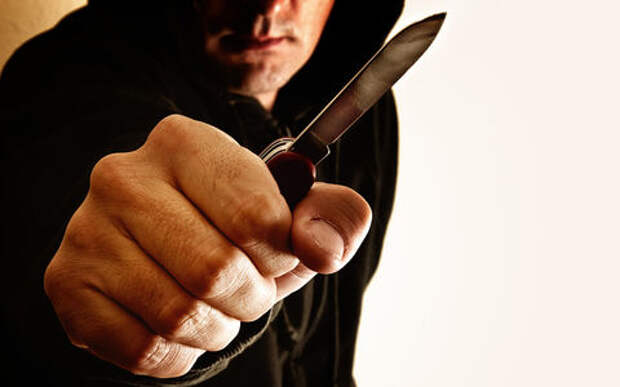 Мужчина с ножом напал на таксиста и угнал машину. Причиной стала ссора с женой