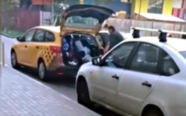 Бесценный груз: женщина посадила детей в багажник такси