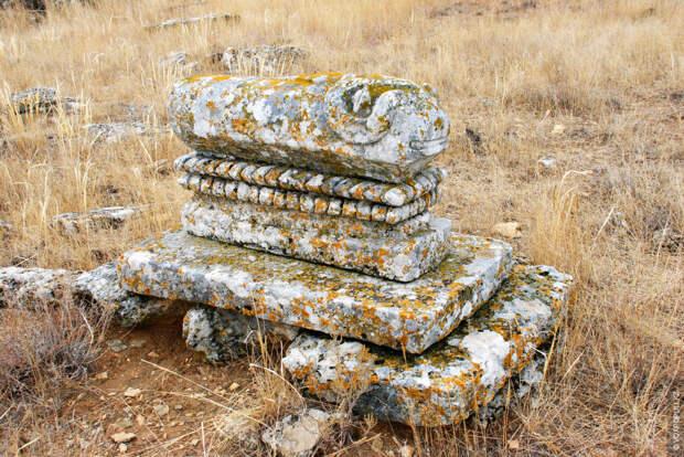 По мере продвижения на запад и с течением времени менялась и форма скульптур
