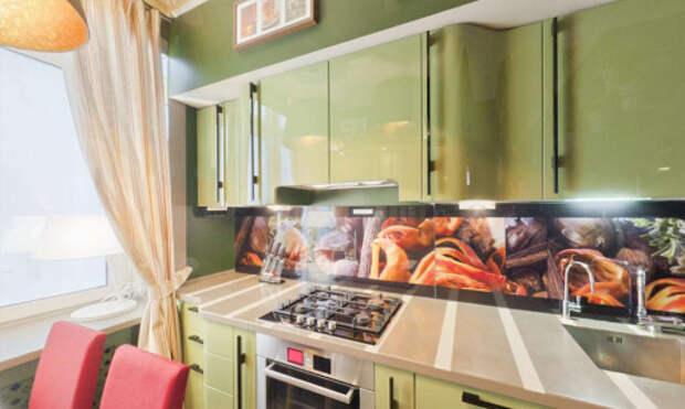 Яркий кухонный фартук и стулья на оливковой кухне