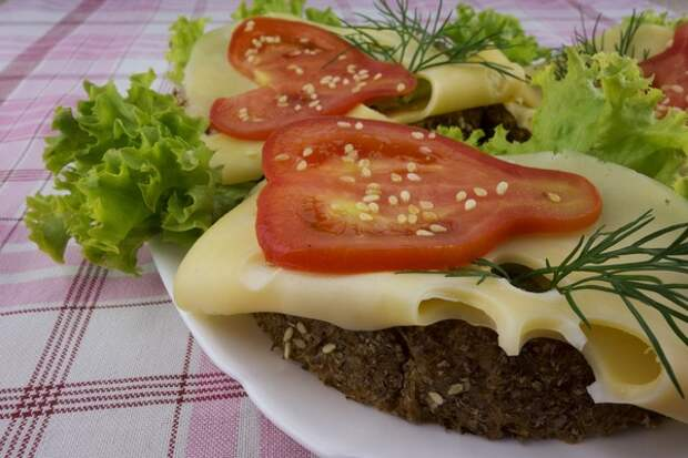 Бутерброд с овощами и сыром