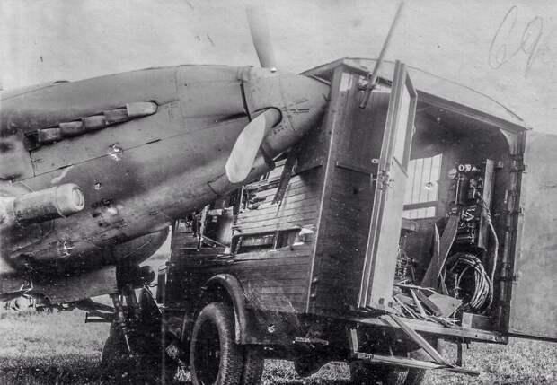 Советский штурмовик Ил-2, столкнувшийся на аэродроме со спецавтомобилем на базе грузовика ГАЗ-АА история, события, фото