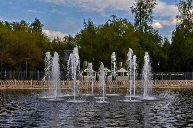 В Лианозовском парке включили фонтаны