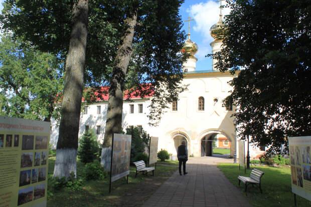 Тихвин. Монастырь и город