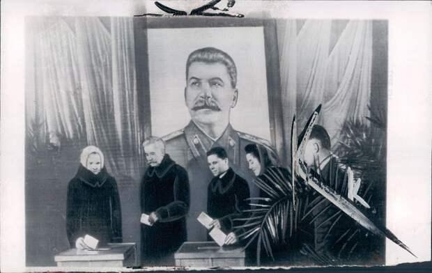 1950. 12 марта. Москва. Рабочие голосуют на выборах