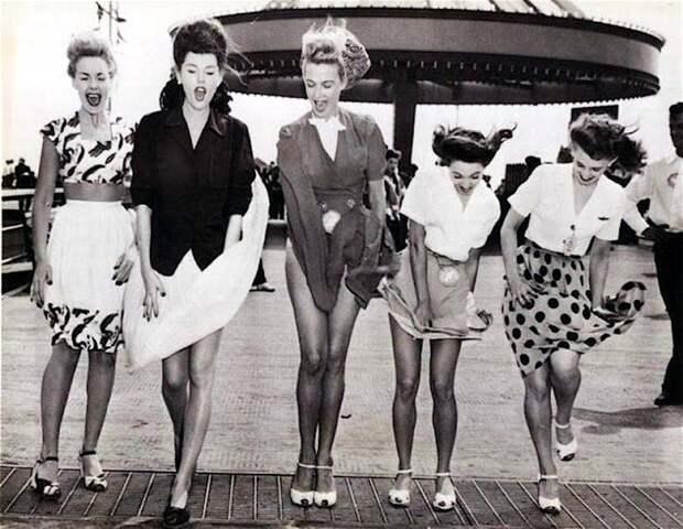 Винтажные девушки и ветер.