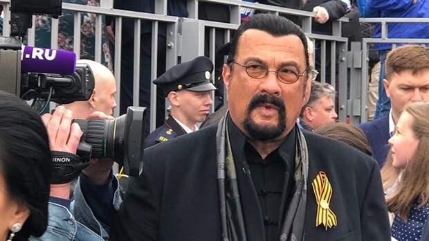 «Это очень достойно»: Стивен Сигал оценил парад Победы в Москве