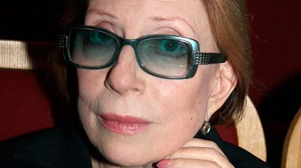 Перелом ребер: Инна Чурикова находится в тяжелом состоянии после падения со сцены
