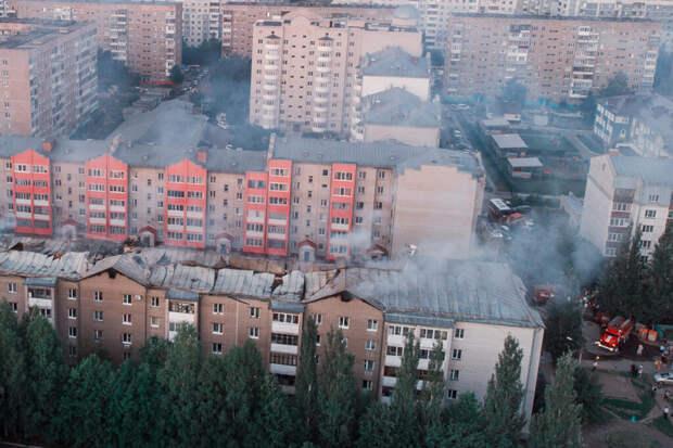 Сильный пожар вспыхнул на крыше жилого дома в Тюмени