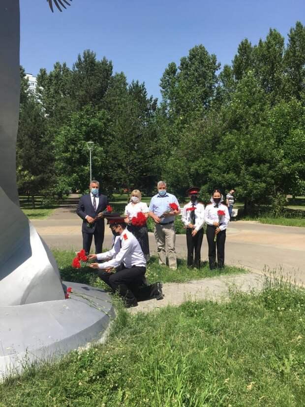 В парке «Отрадное» возложили цветы к экспозиции «Журавли нашей памяти»