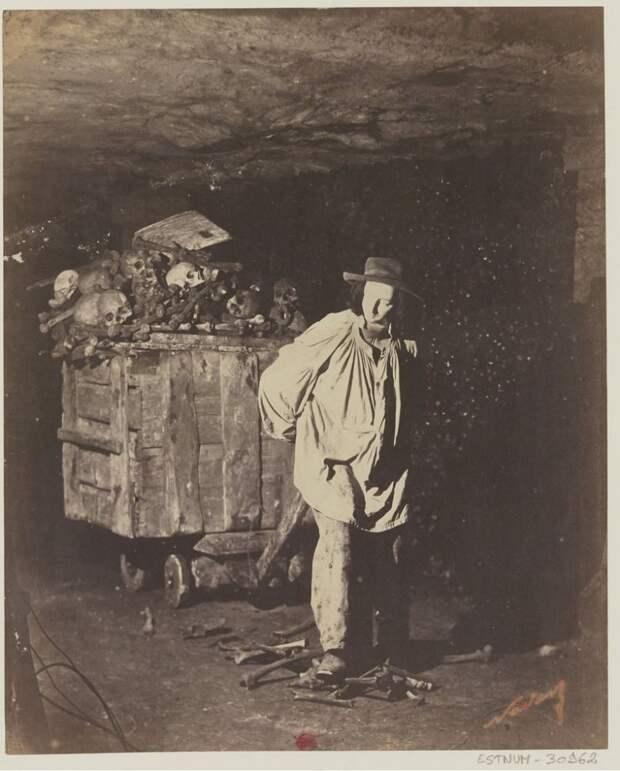 7 жутких фото парижских катакомб 19 века, в которые свезли 6 млн трупов