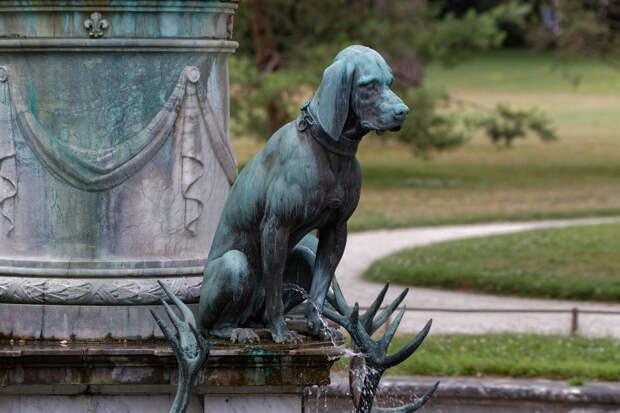 Мальчик, девочка, собака, дерево: топ «писающих» статуй мира