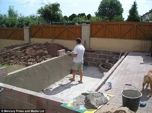Жена пришла в ужас, когда пьяный муж в 3 часа ночи стал копать «бассейн» на заднем дворе