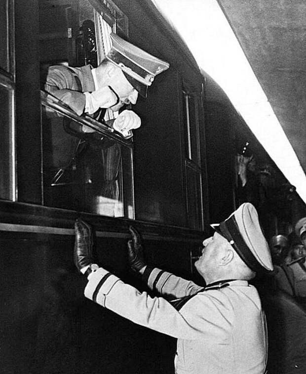 Гитлер разговаривает с Муссолини через окно поезда, 1940 год. Весь Мир, история, фотографии