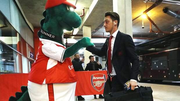 Озил выразил готовность оплачивать работу уволенного маскота «Арсенала» Гуннерзавра