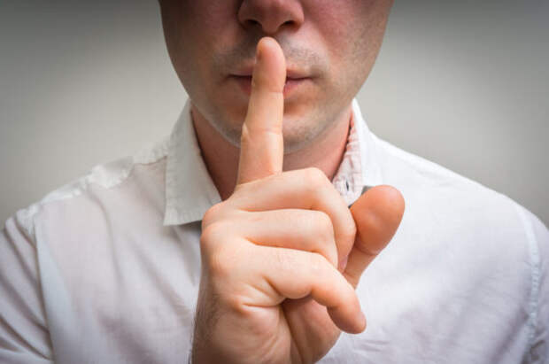 мужчина с пальцем у губ