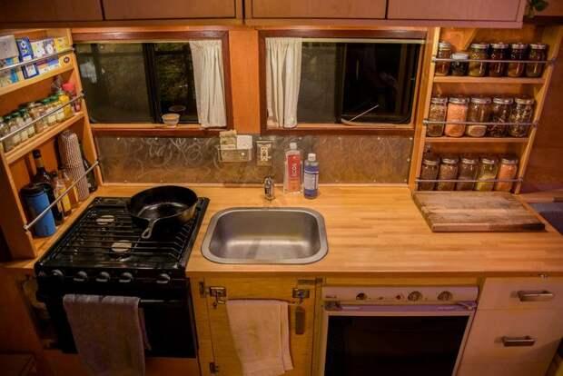 Справа Кайл сделал полноценную кухню с плитой, работающей от баллонного газа. В тумбе под мойкой находится насосное оборудование и водонагреватель. авто, автобус, биодизель, дом, дом на колесах, кемпер, самоделка, своими руками