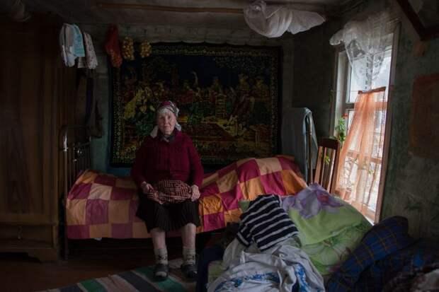 1 января фотограф уехала в Москву, а Люська пообещала ей не убираться в доме два дня, чтобы легкой дорога была деревня, жизнь, жительница, история, псков, россия, фотография