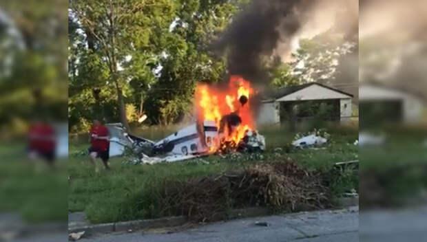 Появилось видео с выходящим из горящего самолета подростком