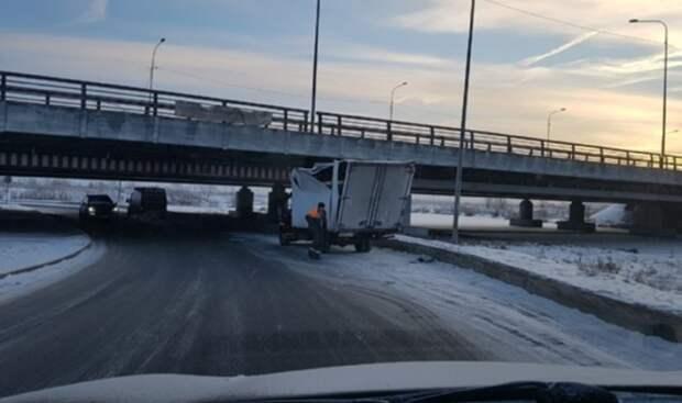 В Петербурге под «мостом глупости» пострадал 200-й по счету грузовик
