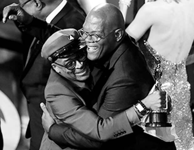 Сэмюэл Л. Джексон поздравляет режиссера Спайка Ли, всегда снимавшего фильмы про черных и для черных