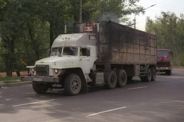 Вот это дизельное дальнобойное чудище когда-то было бензиновым Уралом-375 авто, автотюнинг, грузовик, краз, самосвал, советская техника, тюнинг, тягач